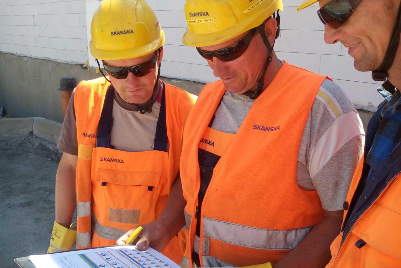 Pracownicy podczas odprawy codziennej z zastosowaniem karty startowej - Wodzisław Śląski